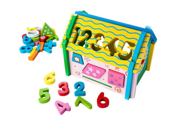 色とりどりの木で作られた家..子供のためのソーターゲーム。教育玩具モンテッソーリ白い背景。閉じる。