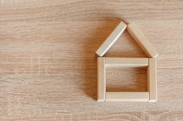 ニュートラルな背景に木製のブロックで作られた家