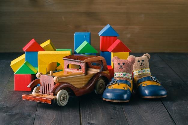 Дом из деревянных блоков для сборки, возле аты и деревянная игрушечная машинка