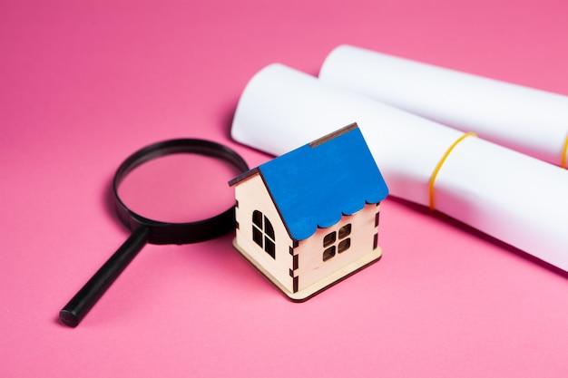 집, 돋보기 및 분홍색 종이. 홈 검색 개념