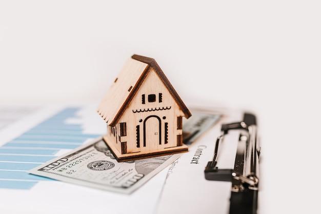 집 미니어처 모델 및 문서에 돈. 투자, 부동산, 주택, 주택