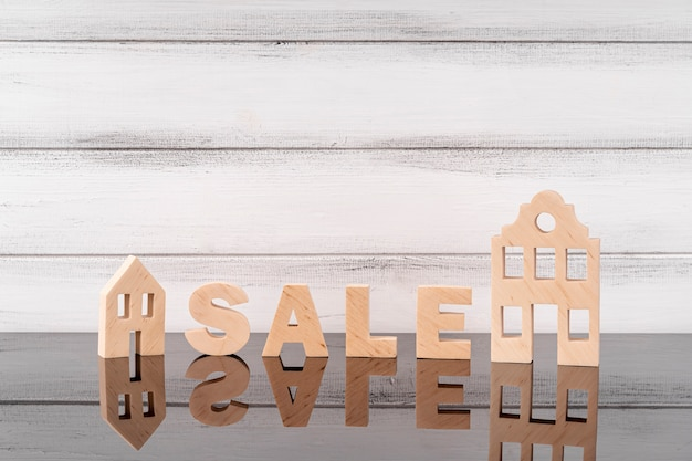 Miniatura della casa e scritte in vendita