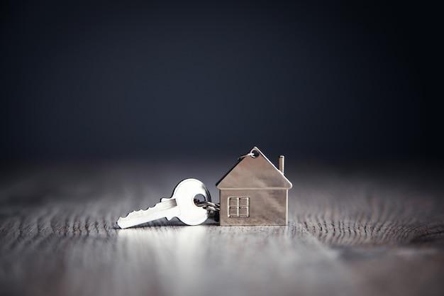 Модель дома и ключ от дома на столе