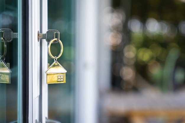 Модель дома и ключ в двери дома