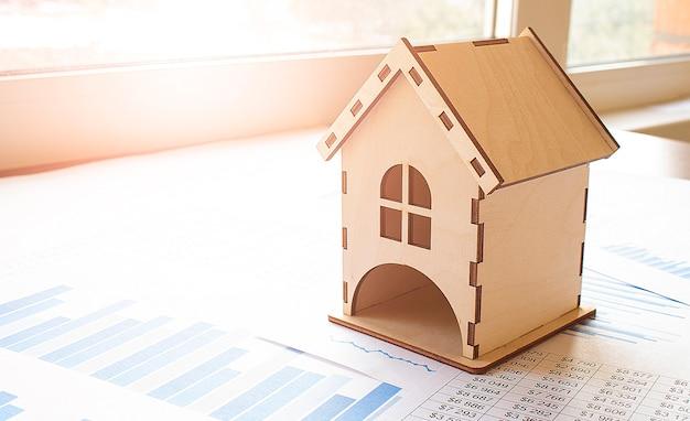 Модель дома для концепции инвестиционного ипотечного финансирования и жилищного кредита