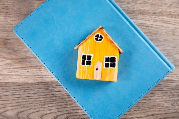 テーブルの上の本の家のモデル