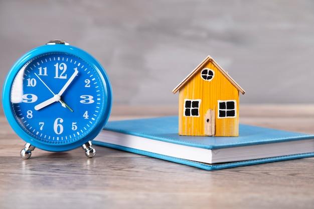 테이블에 시계와 책에 집 모델