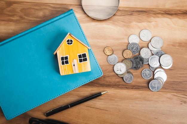 테이블에 동전과 책에 집 모델