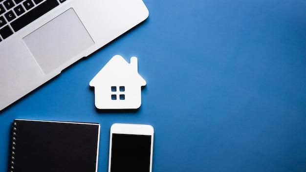Модель дома агент по недвижимости предлагает дом