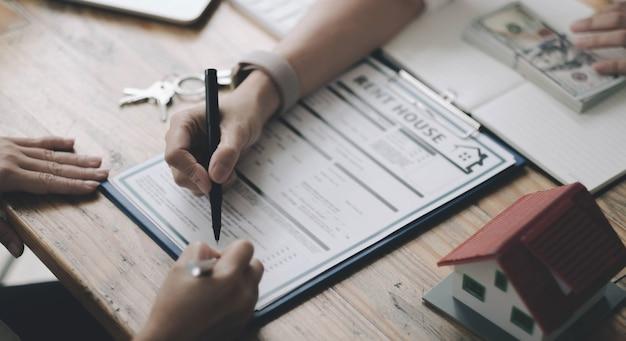 부동산이나 부동산을 사고, 보험에 가입하거나 대출을 받기 위한 계약에 대해 논의하는 에이전트 및 고객이 있는 주택 모델.