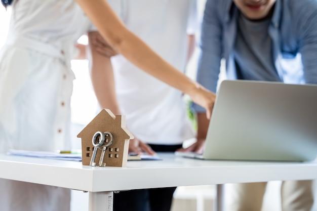 집을 구매하기 위한 고객 계약이 있는 주택 모델