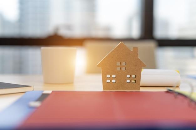 Модель дома с договором с заказчиком на покупку дома