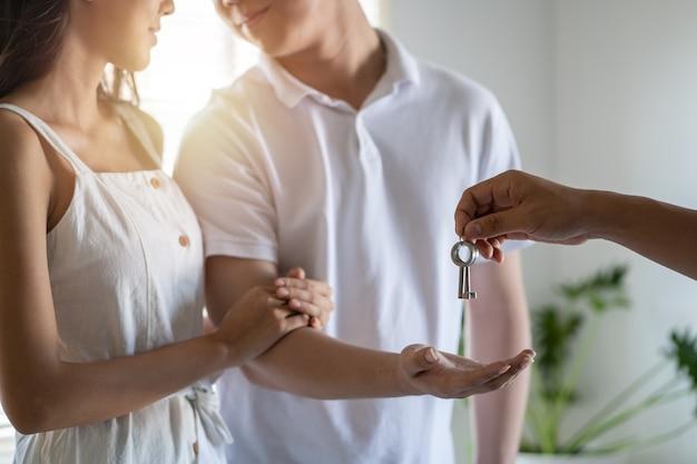 不動産業者と顧客が住宅を購入する契約を結んだ住宅モデル