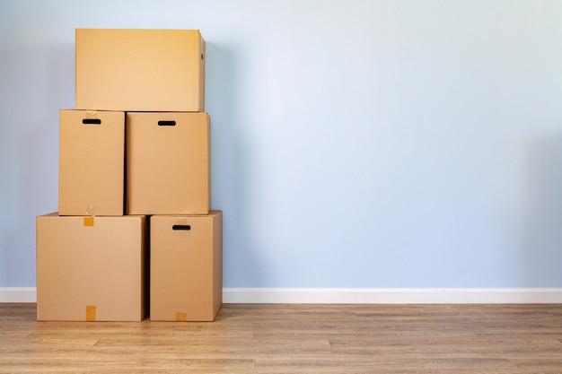 Дом движется со сложенными картонными коробками в комнате