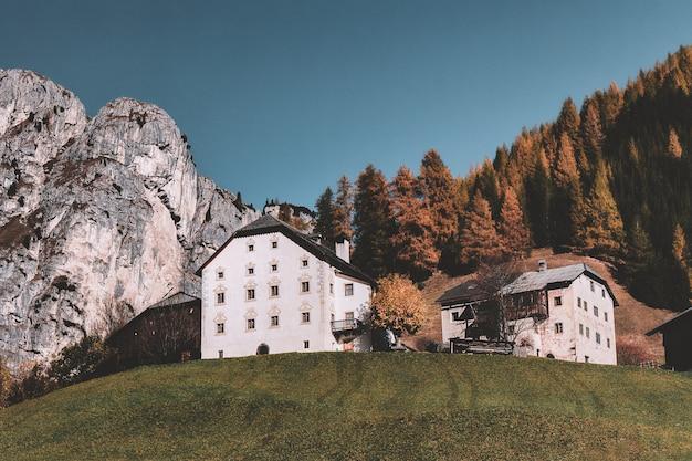 Дом возле леса и горы
