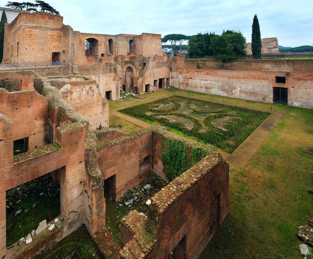 Дом августа (руины) на палатинском холме в риме, италия.