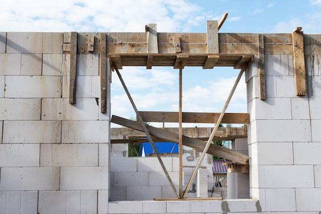 건설 중인 콘크리트 블록의 집