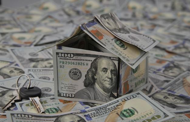 흩어져있는 지폐에 달러 지폐의 집