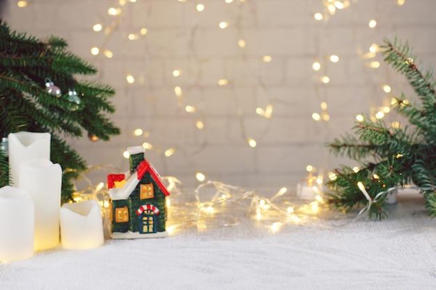 クリスマスと新年の属性として花輪のモミの枝の家..