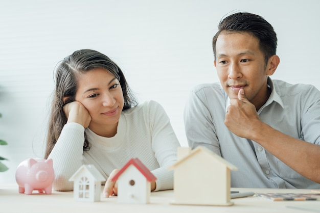 House owner and architect discussing a choice.