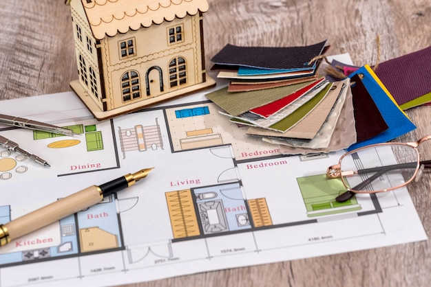 План дома с макетом дома и пробоотборником линолеума