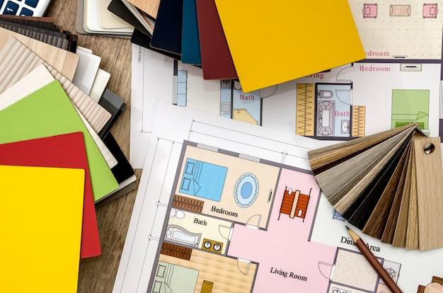 テーブルの上の材料のサンプルとの家の計画