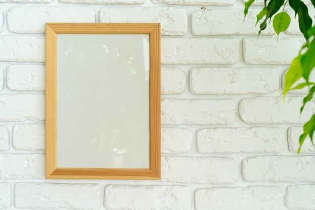 Домашнее растение выходит против белой кирпичной стены с копией пространства