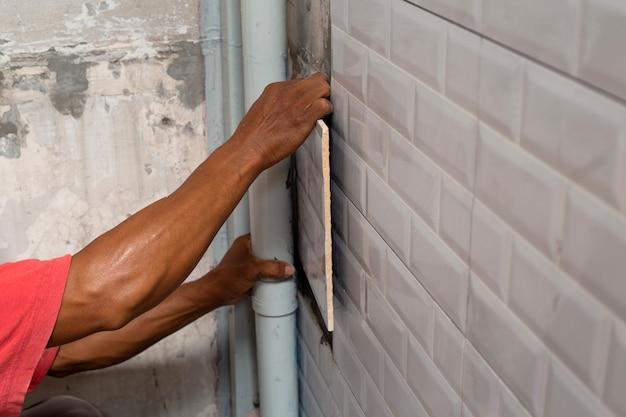 Ремонт дома, укладка керамической плитки на стену