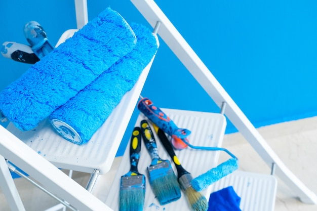 Инструменты ремонта дома на белой лестнице