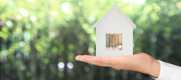 Дом жилая структура в руке, бизнес-идея дома