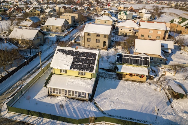 겨울에 태양 전지판으로 덮인 집 지붕