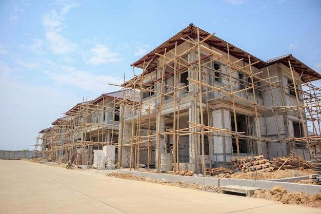 建築現場でオートクレーブ処理された気泡コンクリートブロック構造を備えた建設中の家