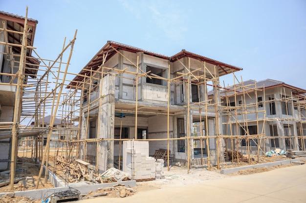 Строящийся дом с блочной структурой из автоклавного газобетона на строительной площадке
