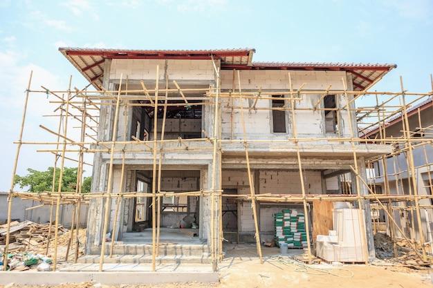 建設現場でのオートクレーブ気泡コンクリートブロック構造の建設中の家