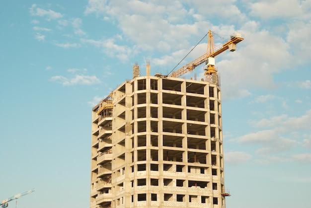 푸른 하늘 가진 건설중인 집
