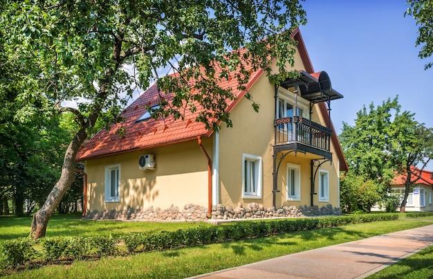 夏の日にモスクワのvdnkhの領土に赤い屋根の家