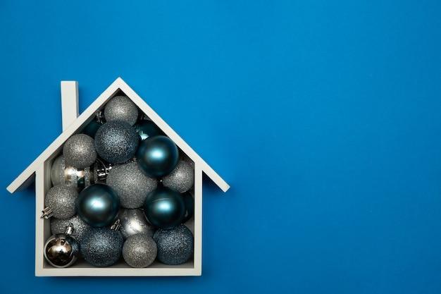 크리스마스 글로브 장신구와 집 프리미엄 사진