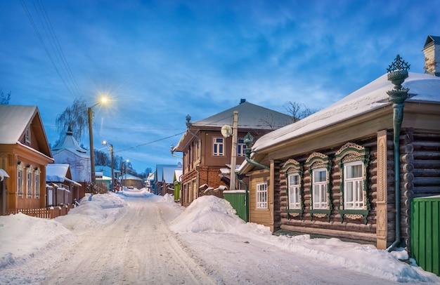 Дом с драконами на никольской улице в плёсе в снегу при свете вечерних фонарей
