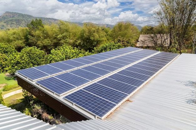 屋根にソーラーパネルのある家。代替電力エネルギーの概念