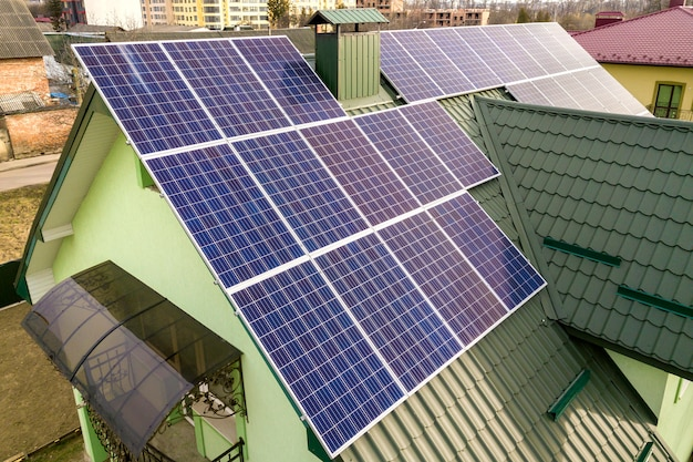 Дом с солнечными фотоэлектрическими панелями на крыше