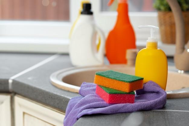 台所の流しの近くに立っている家庭用化学製品のボトル