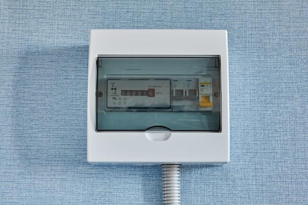 Счетчик электроэнергии бытовой и автоматические предохранители.