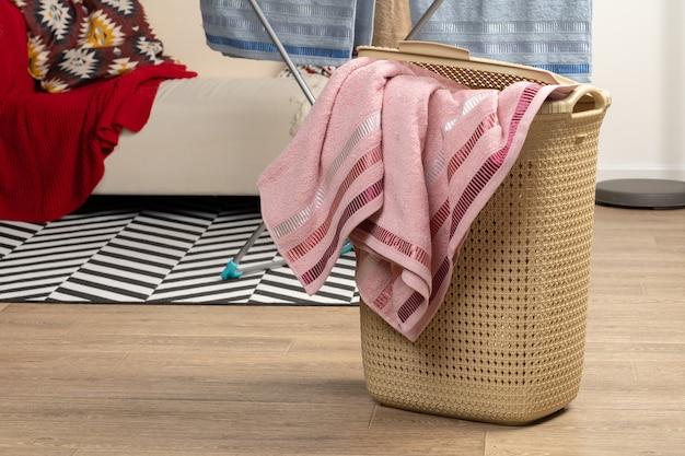 가사 노동. 사용 준비가 된 깨끗한 수건