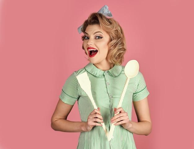 Домработница шеф-повар готовит. работа по дому с посудой, хоз. повар женщины кинозвезды держать посуду, ретро стиль.