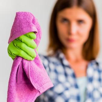 Домработница держит тряпку