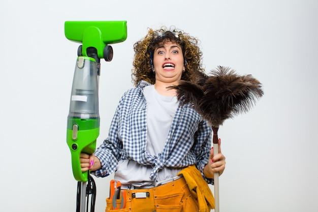 진공 청소기로 가정부 예쁜 여자