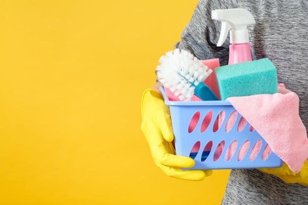 가사 개념. 청소 서비스. 청소 용품 바구니가있는 몸통