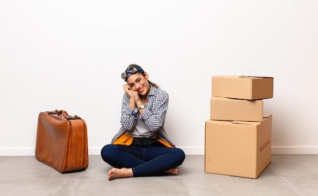 絶望的でイライラしている、ストレス、不幸で腹が立つ、叫び、叫ぶ.housekeepingコンセプトを探している若い女性