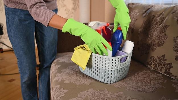 Горничная взяла принадлежности для уборки в комнате.