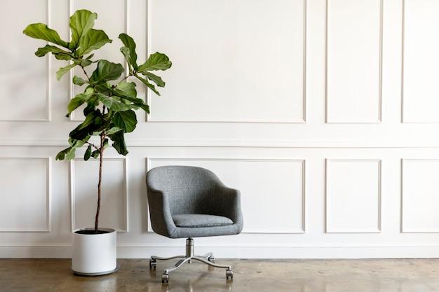 회색 의자 옆에 있는 관엽식물